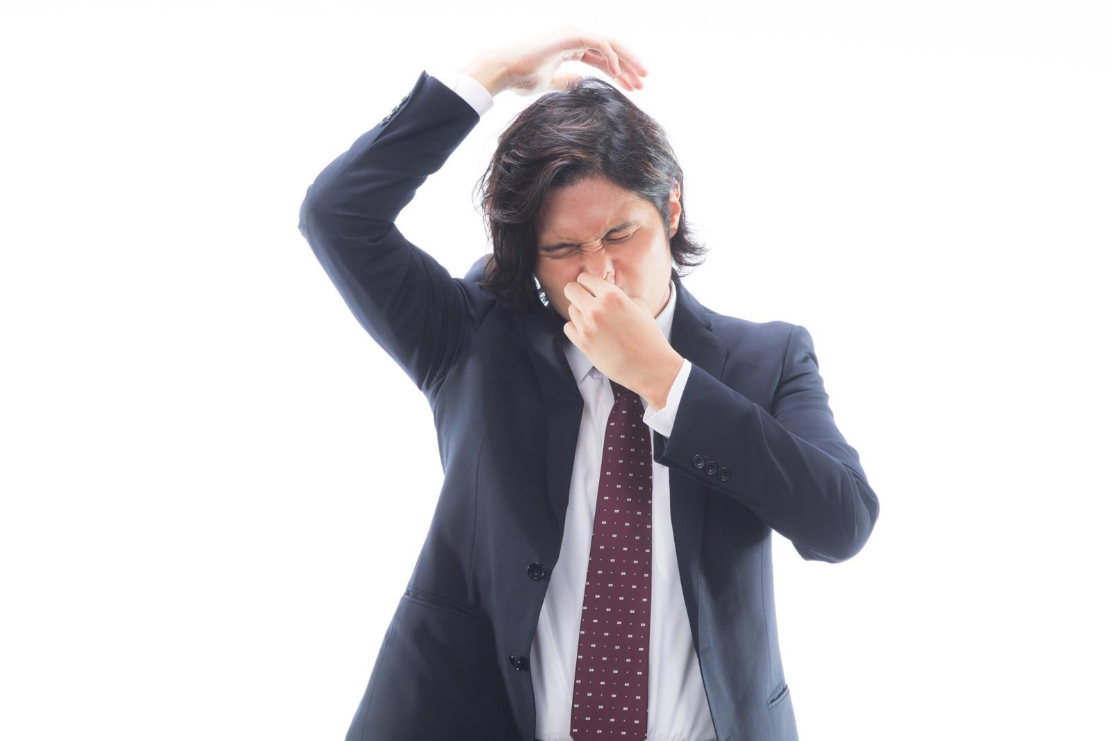 「脇のにおいがひどい男性会社員」の写真[モデル:竹田匡宏]