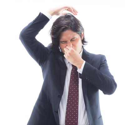 「脇のにおいがひどい男性会社員」の写真素材