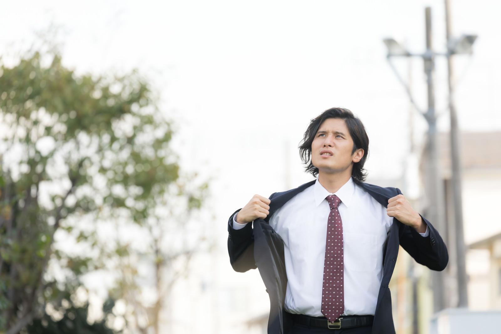 「熱くても脱げないスーツ男性熱くても脱げないスーツ男性」[モデル:竹田匡宏]のフリー写真素材を拡大