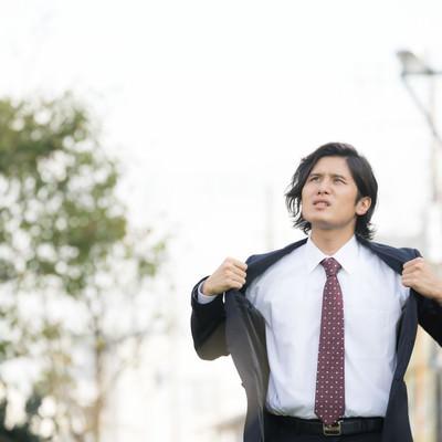 「熱くても脱げないスーツ男性」の写真素材