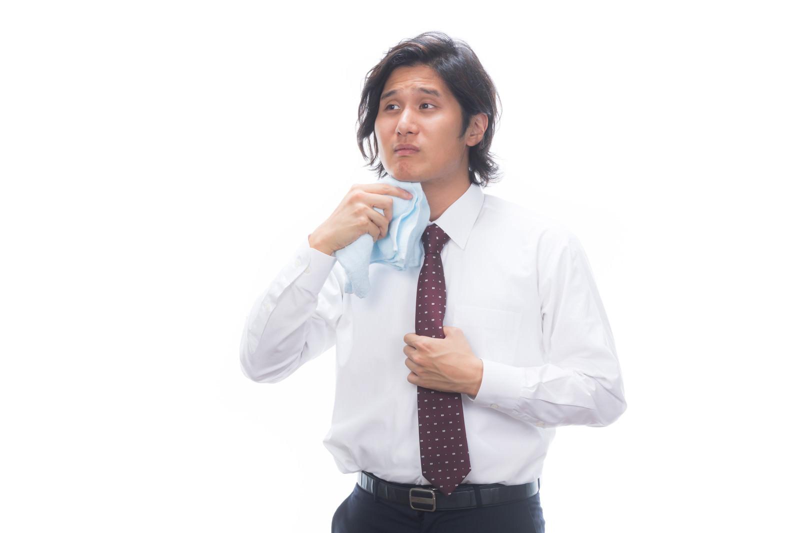 「タオルで汗を拭くサラリーマン」の写真[モデル:竹田匡宏]