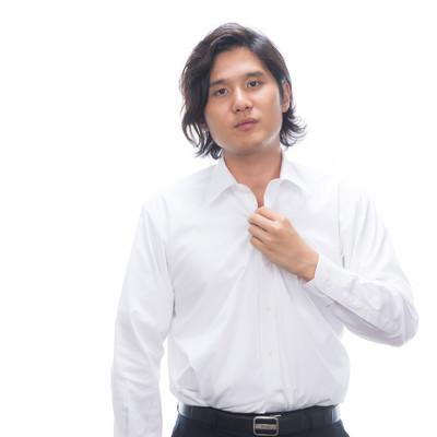 「ワイシャツのボタンを外す男性」の写真素材