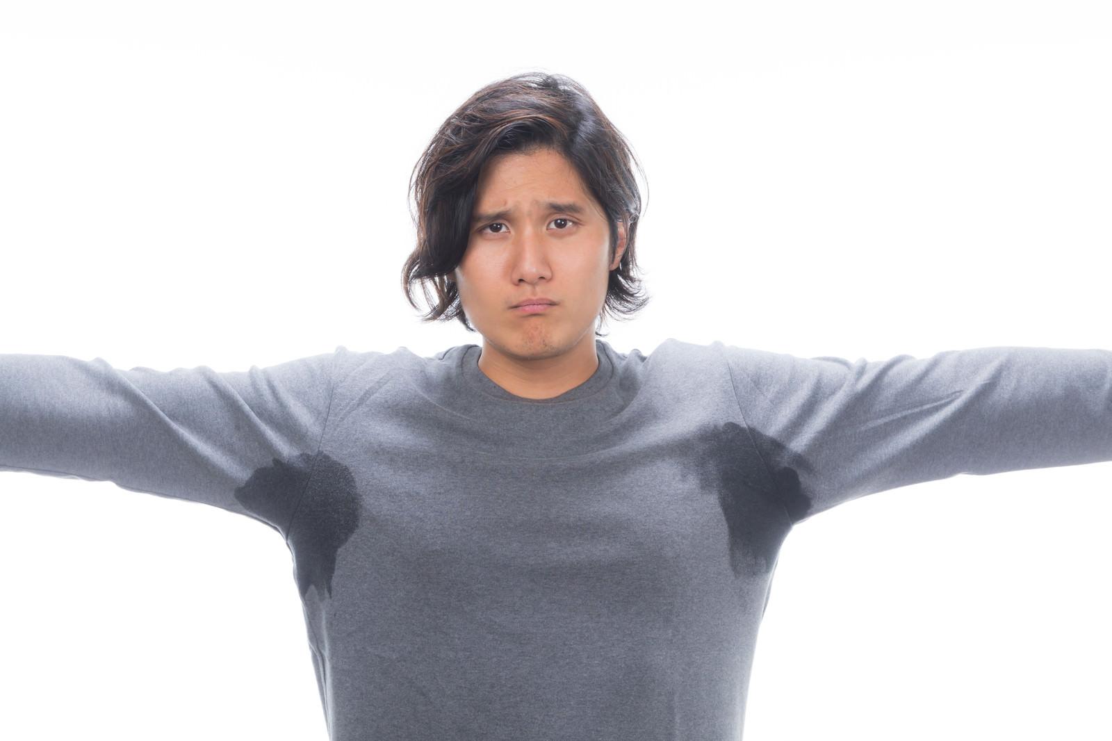 「両脇がびしょ濡れの男性」の写真[モデル:竹田匡宏]