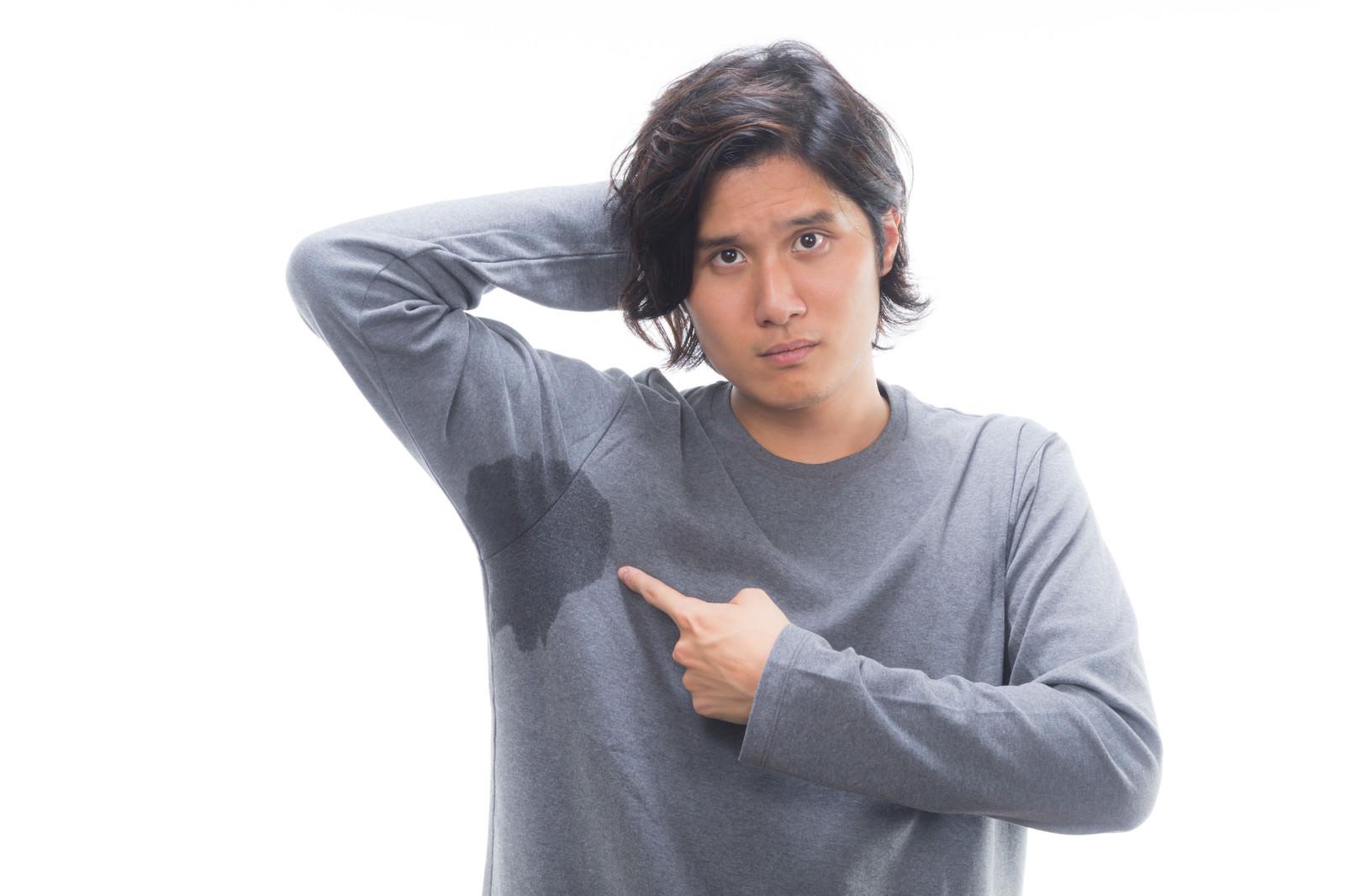 「片脇の汗が尋常じゃない男性」の写真[モデル:竹田匡宏]