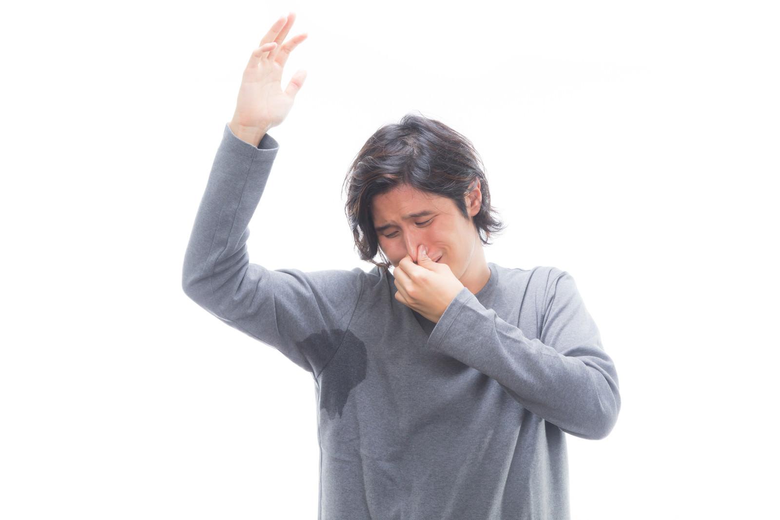「自分のワキの臭いに思わず鼻をつまむ男性」の写真[モデル:竹田匡宏]