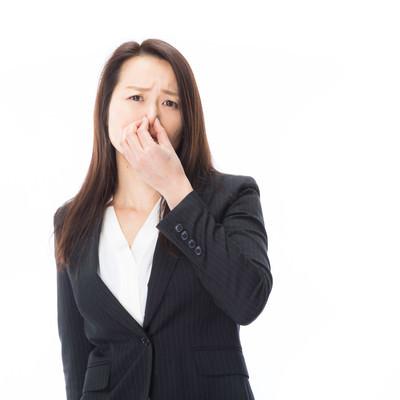 「においに耐えられない女性社員」の写真素材