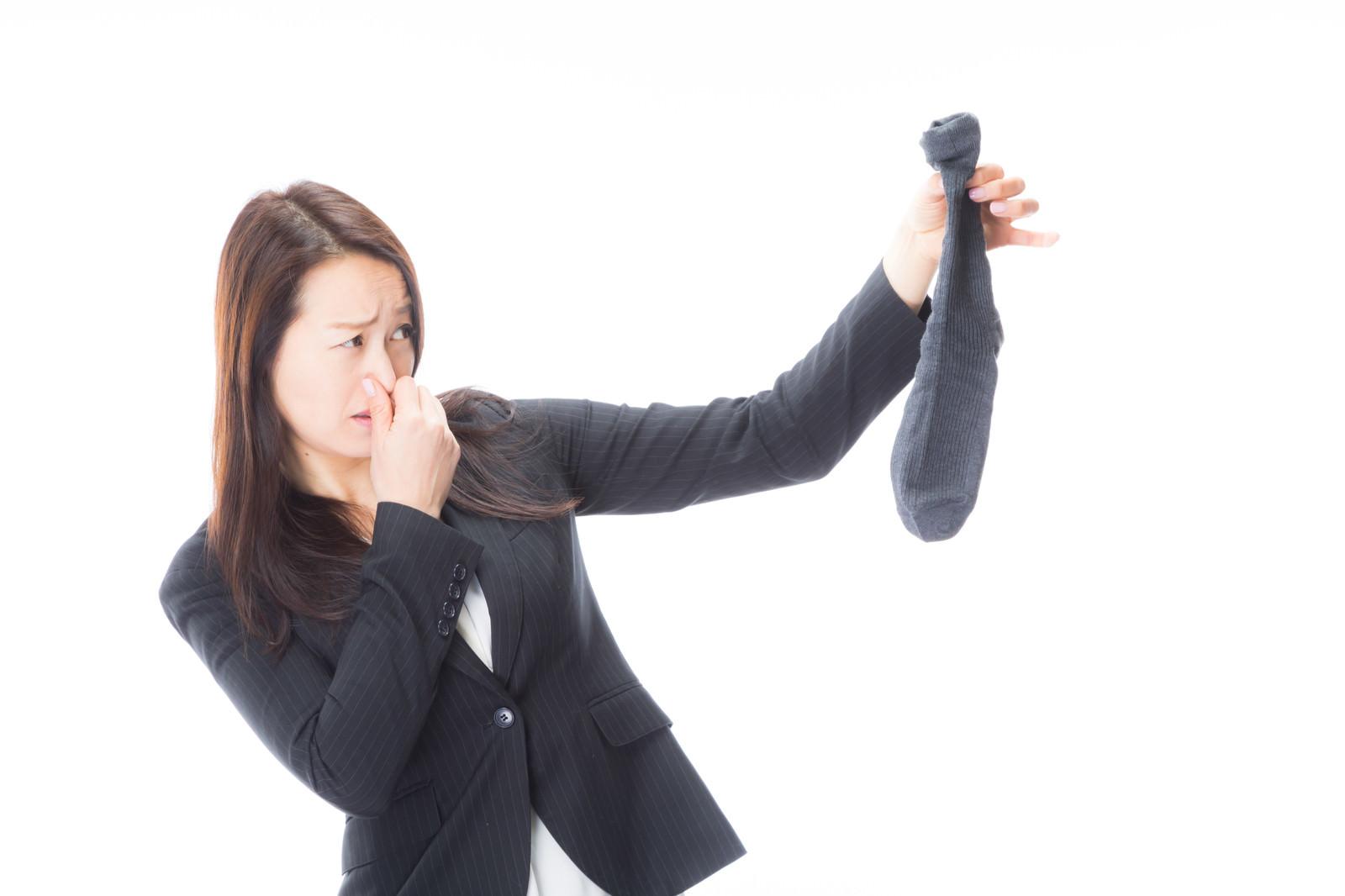 「男性用靴下から悪臭がします」の写真[モデル:土本寛子]