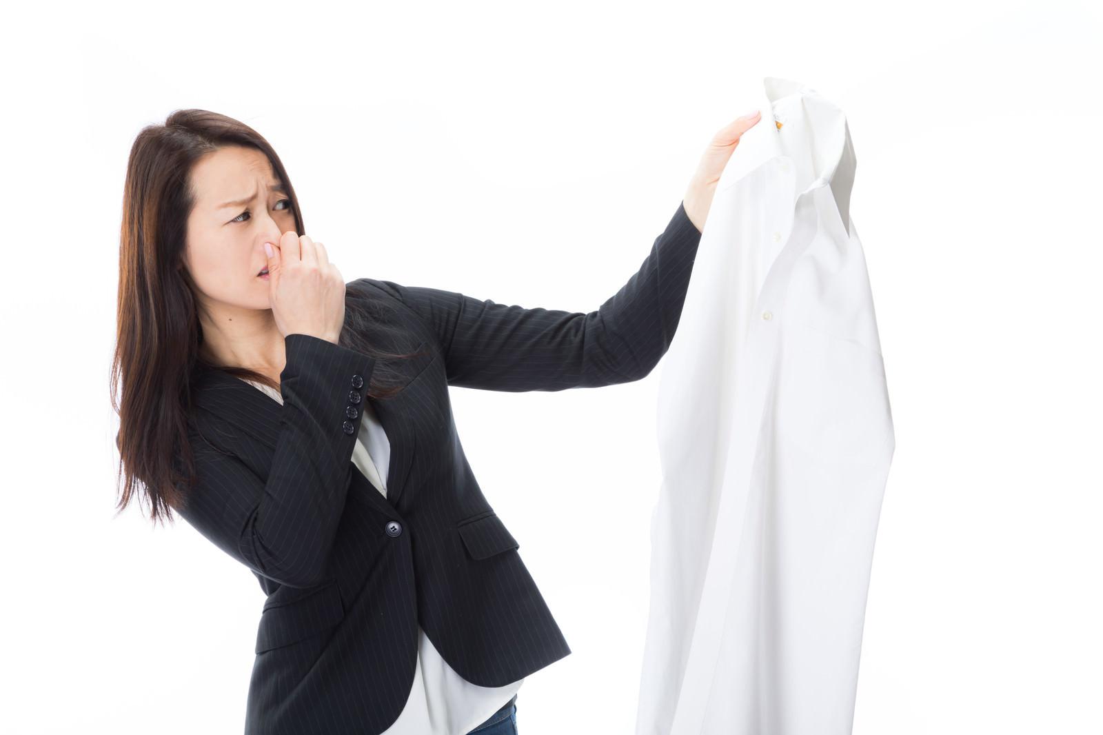 「悪臭がする男性のワイシャツを片手に露骨に嫌がる女性社員悪臭がする男性のワイシャツを片手に露骨に嫌がる女性社員」[モデル:土本寛子]のフリー写真素材を拡大