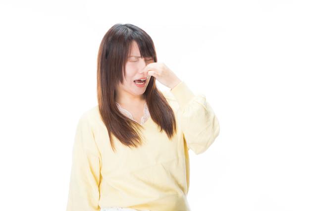 「くっさーーい!」と悲鳴をあげる女性の写真
