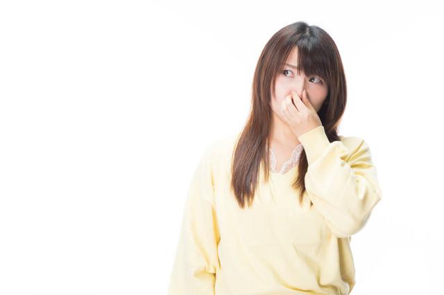 女性が鼻をつまむ程のにおいが充満してるの写真