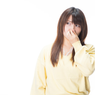 「女性が鼻をつまむ程のにおいが充満してる」の写真素材