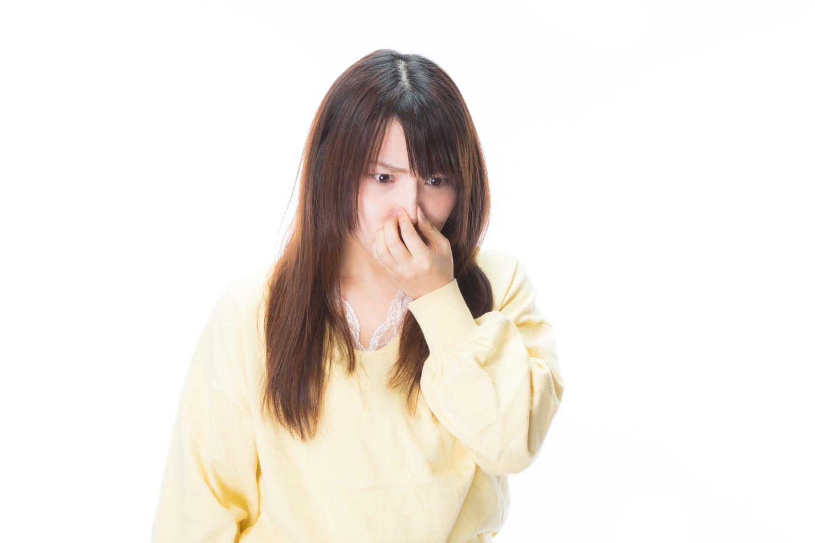 「臭いの根源を凝視する女性」の写真[モデル:Lala]