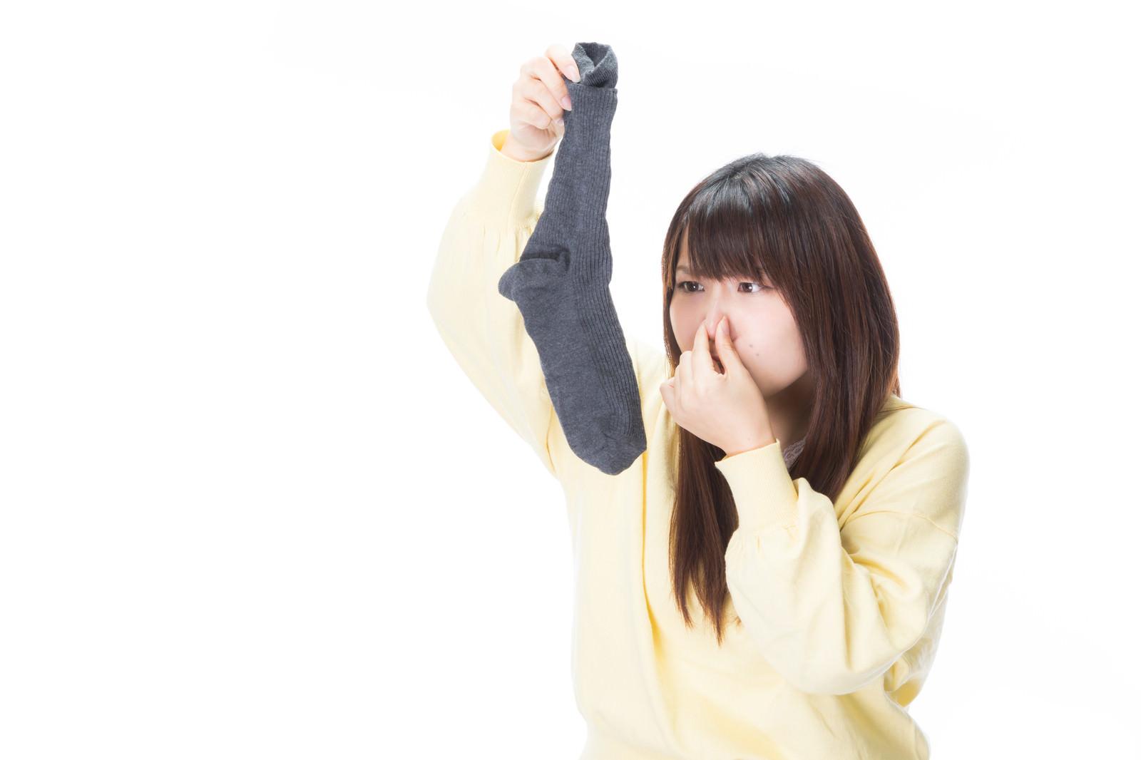 「使用済みの靴下(男性用)から強烈なにおいが・・・使用済みの靴下(男性用)から強烈なにおいが・・・」[モデル:Lala]のフリー写真素材を拡大