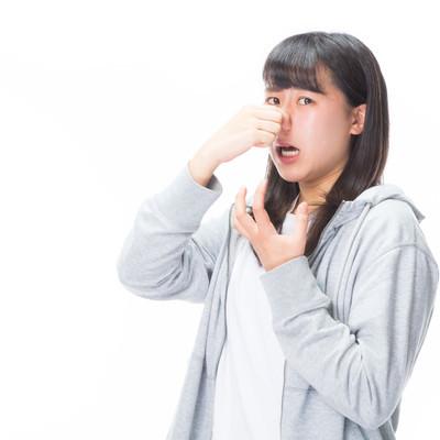 「悪臭で息が詰まる女性」の写真素材