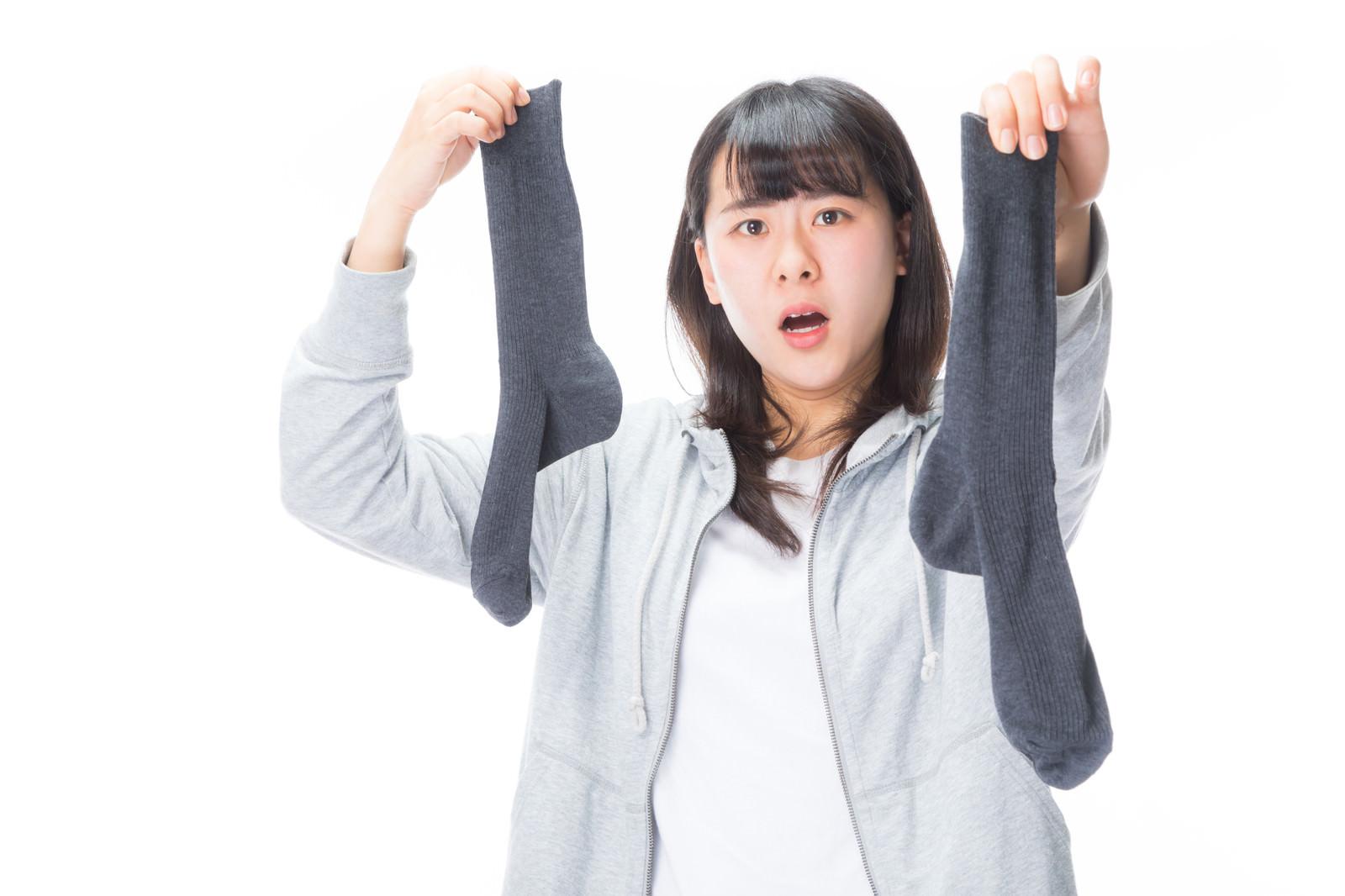 「脱ぎ捨てられた男性用靴下から悪臭が・・・」の写真[モデル:Mizuho]