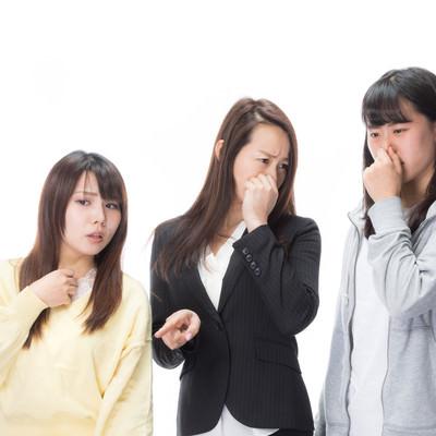 「悪臭に耐えきれない女性三人」の写真素材