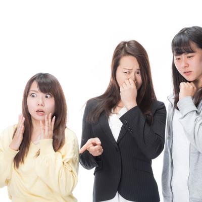 「驚愕するほどの悪臭を嗅ぐ女子達」の写真素材