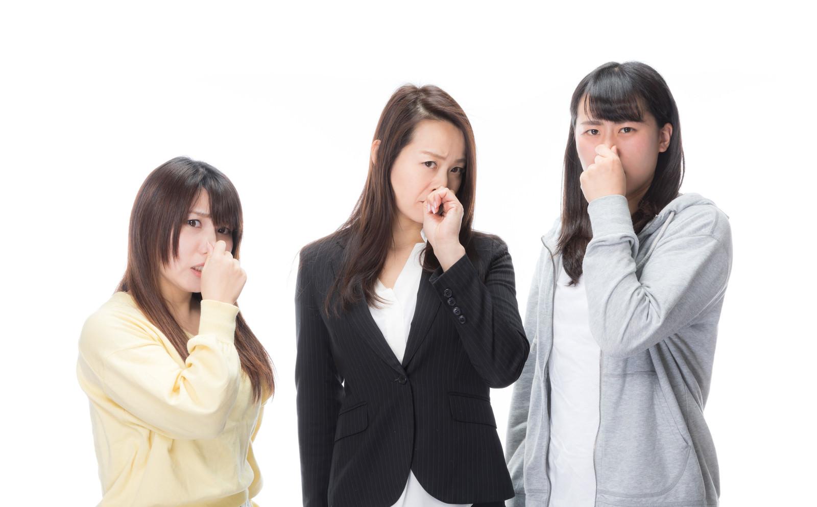 「露骨に鼻をつまむ女性スタッフ」の写真[モデル:Lala Mizuho 土本寛子]