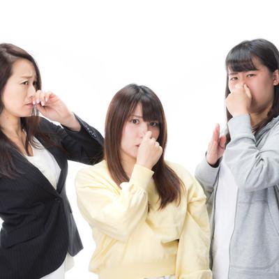 「くさくて鼻をつまむ女性たち」の写真素材