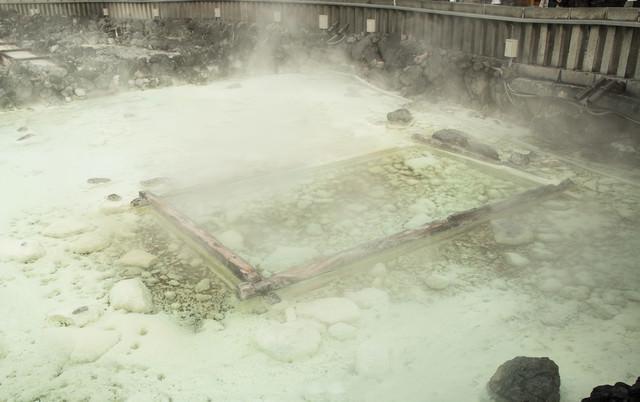 温泉街中心部にある草津温泉の源泉の写真