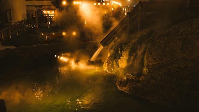 ライトアップされた草津温泉中心部の写真