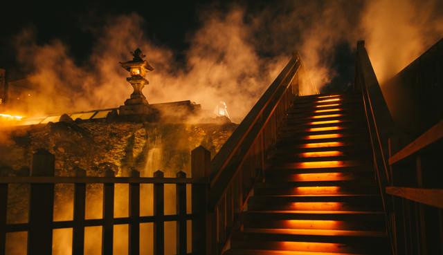 蒸気に包まれる草津温泉中心部(夜間)の写真