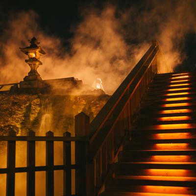 「蒸気に包まれる草津温泉中心部(夜間)」の写真素材