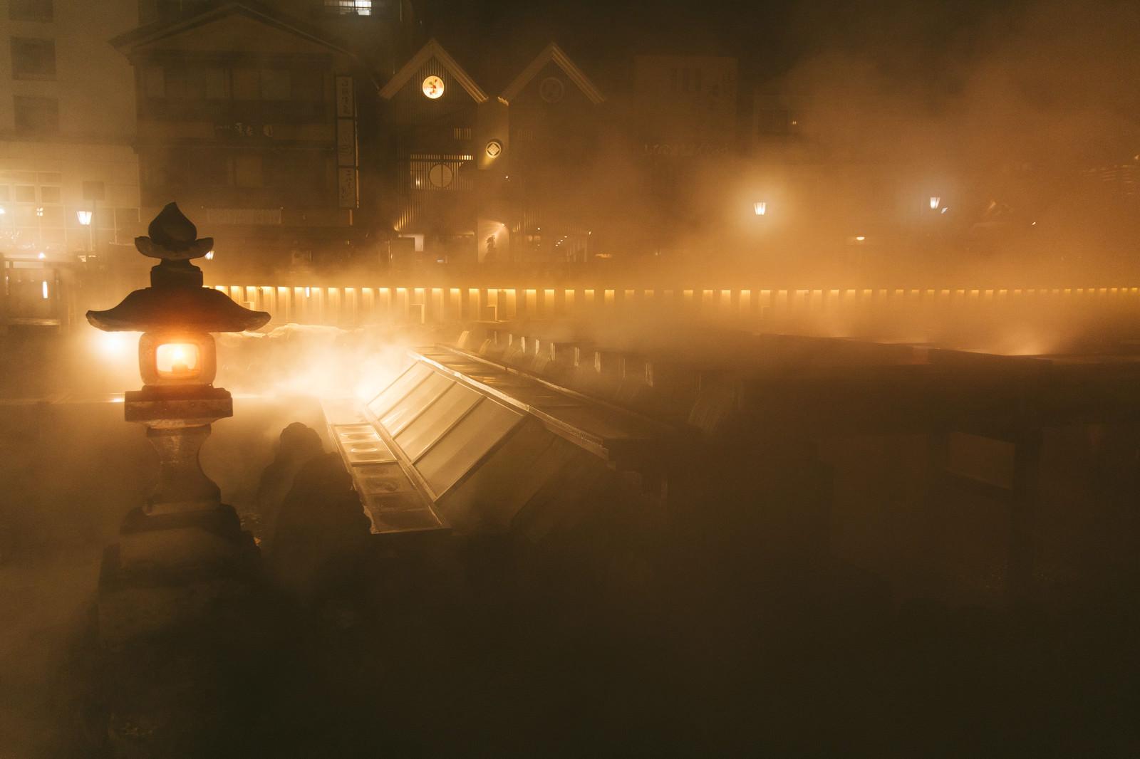 「湯気で幻想的な様子の草津温泉の夜景」の写真