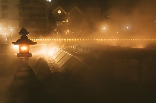 湯気で幻想的な様子の草津温泉の夜景の写真