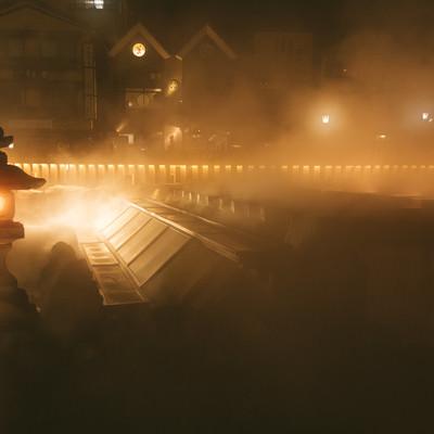 「湯気で幻想的な様子の草津温泉の夜景」の写真素材