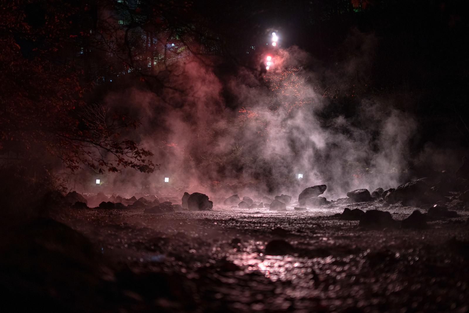 「西の河原公園の湯気とライトアップの様子」の写真