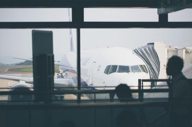 旅客機と搭乗客の写真