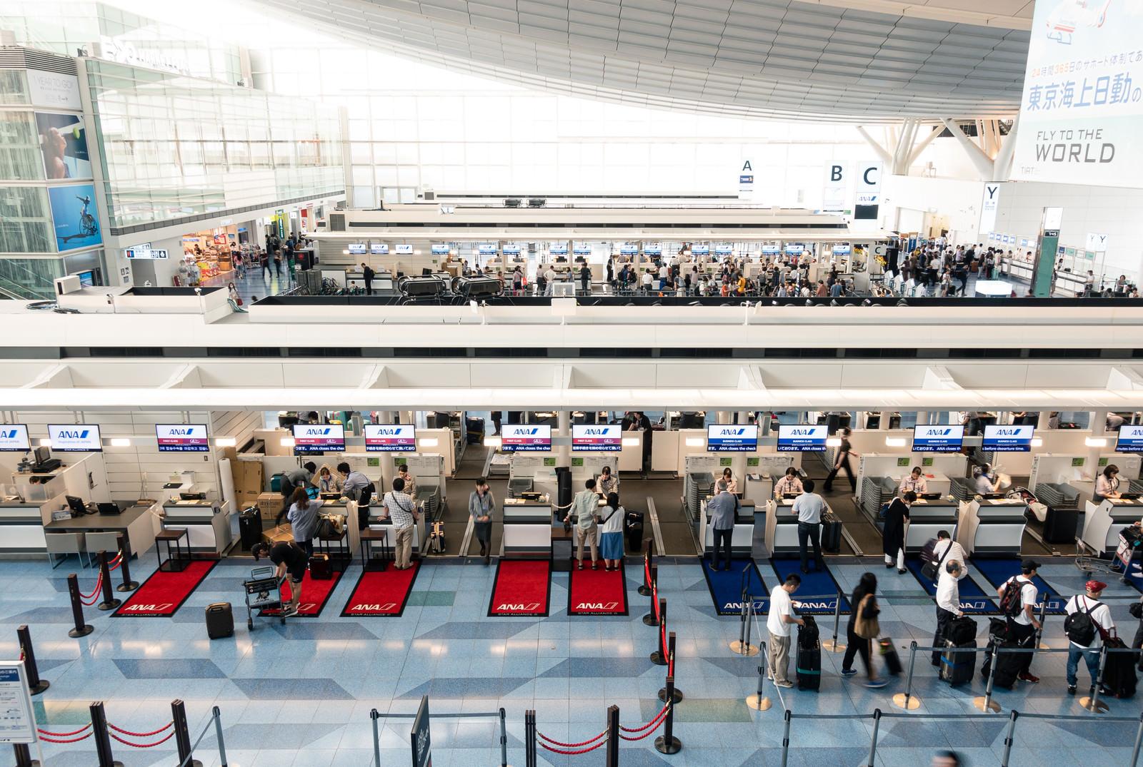 「国際ターミナルの手荷物カウンター(羽田空港)」の写真
