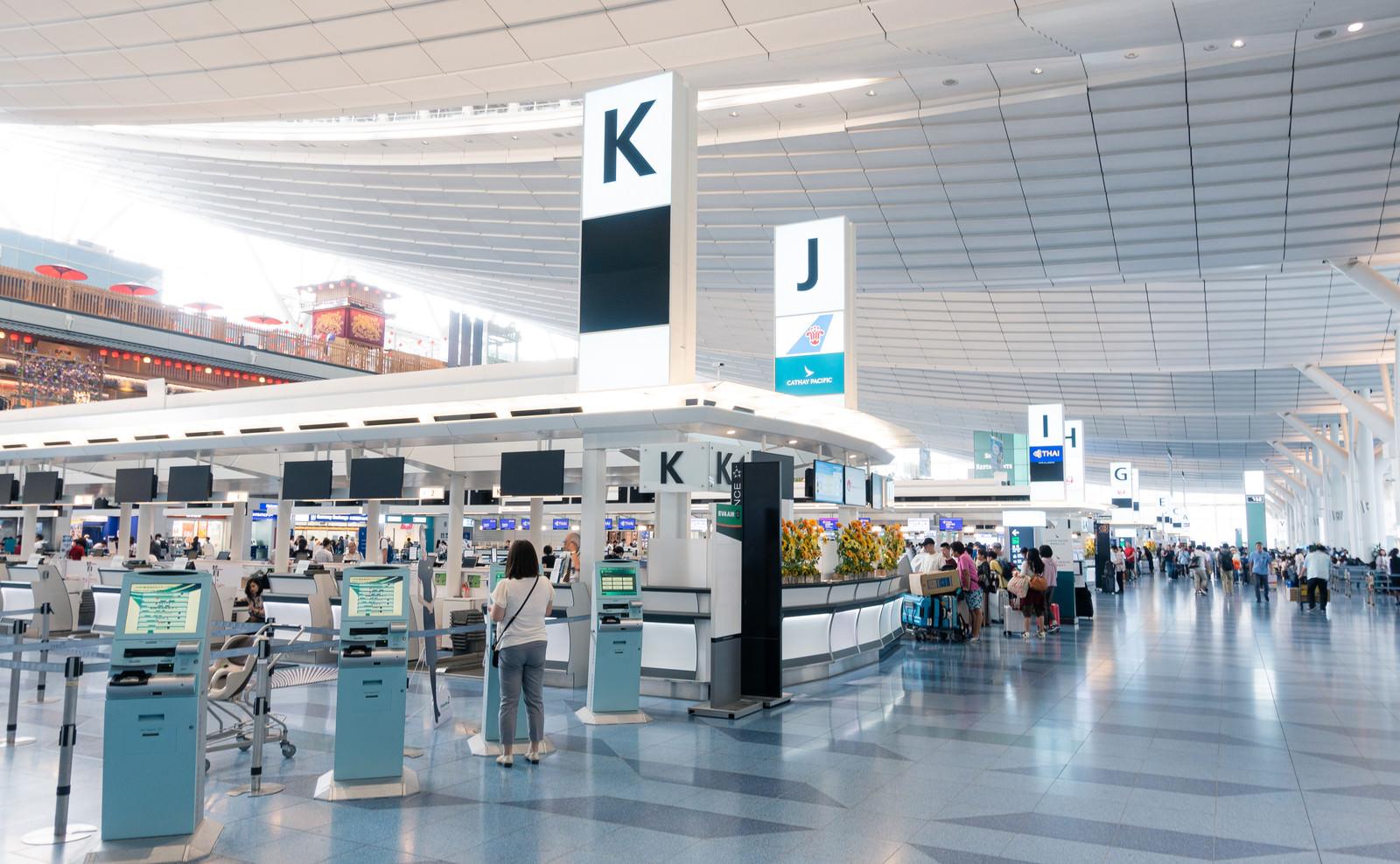 「奥へと続く国際ターミナルカウンター(羽田空港)」の写真