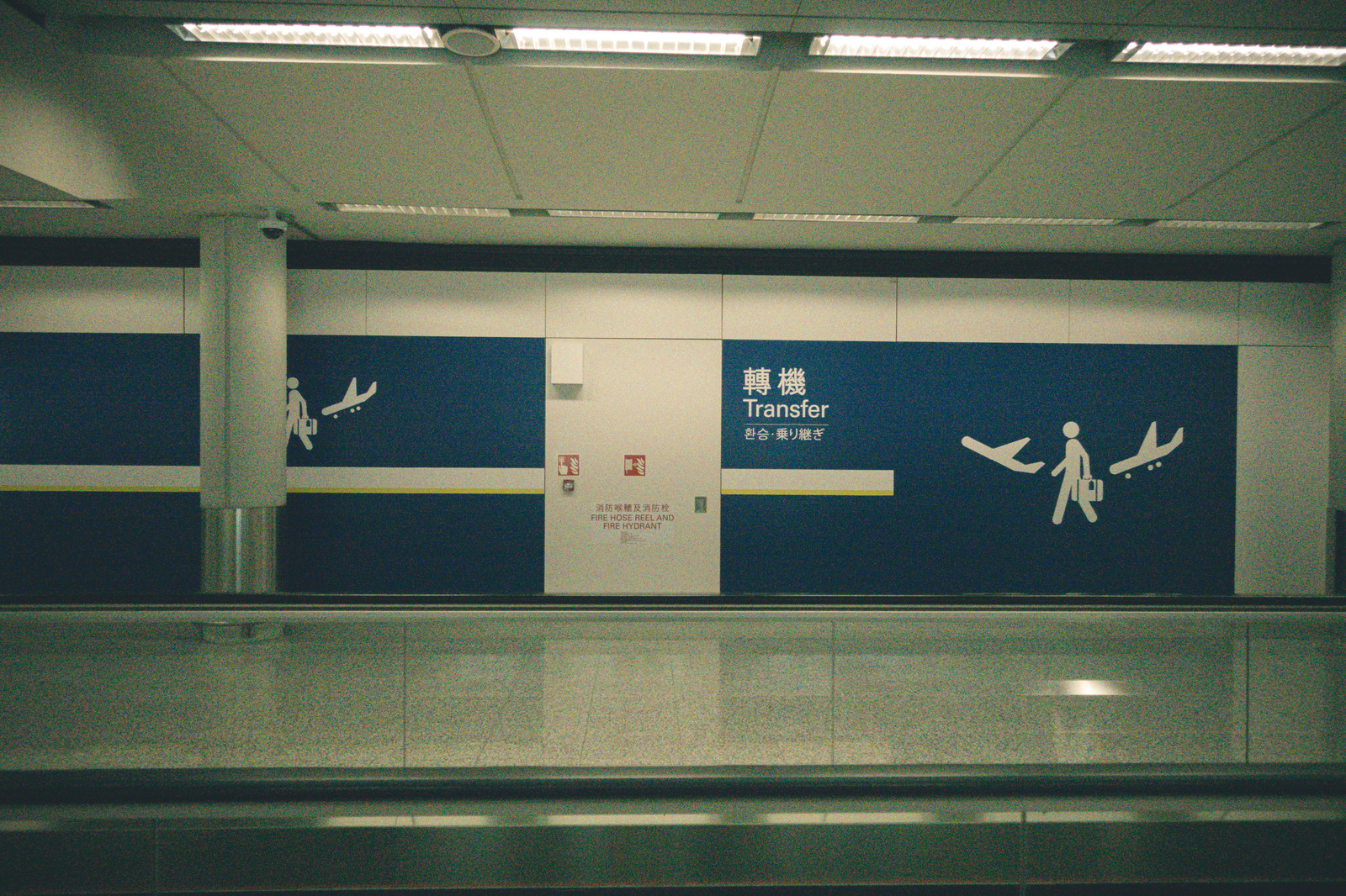 「空港内の乗り継ぎ廊下」の写真