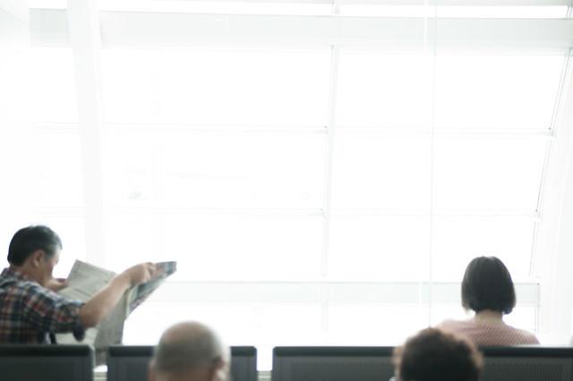 空港の待機ロビーの人たちの写真