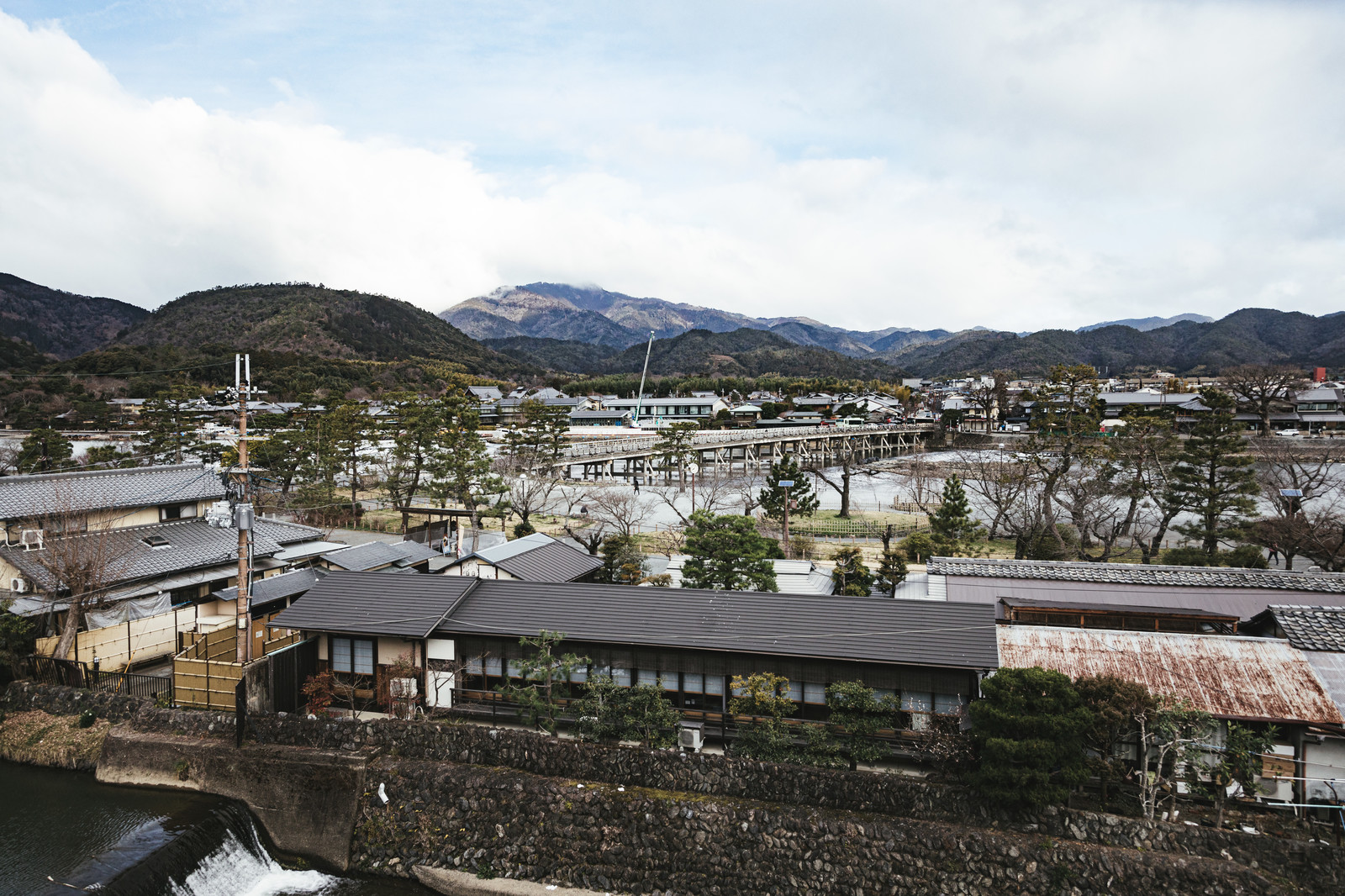 「京都嵐山の渡月橋付近」の写真