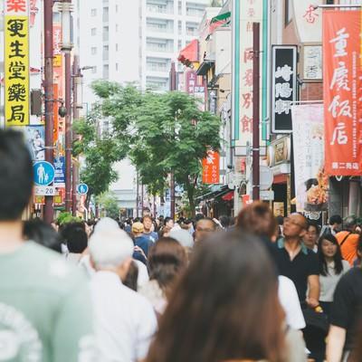 混雑する横浜中華街の人混みの写真