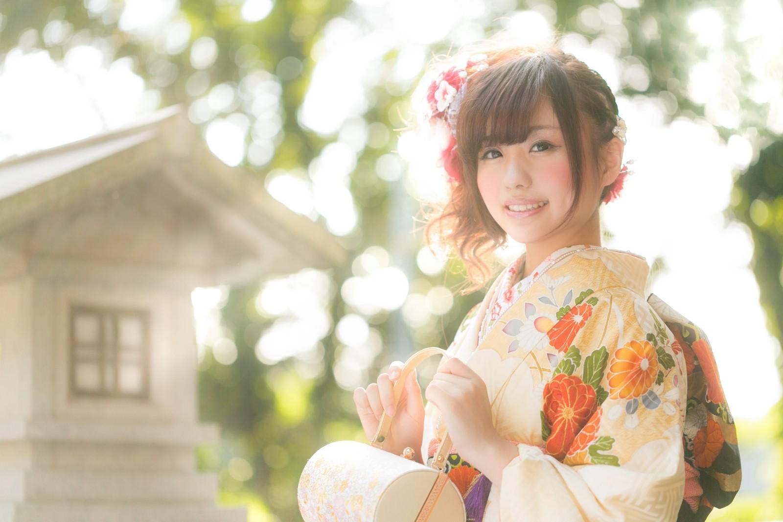「祈願成就で神社を参拝した着物の女性」の写真[モデル:河村友歌]