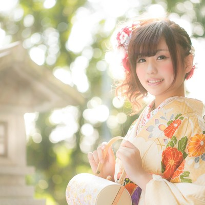 「祈願成就で神社を参拝した着物の女性」の写真素材
