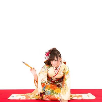 「今年の目標を書き初める着物の女性」の写真素材