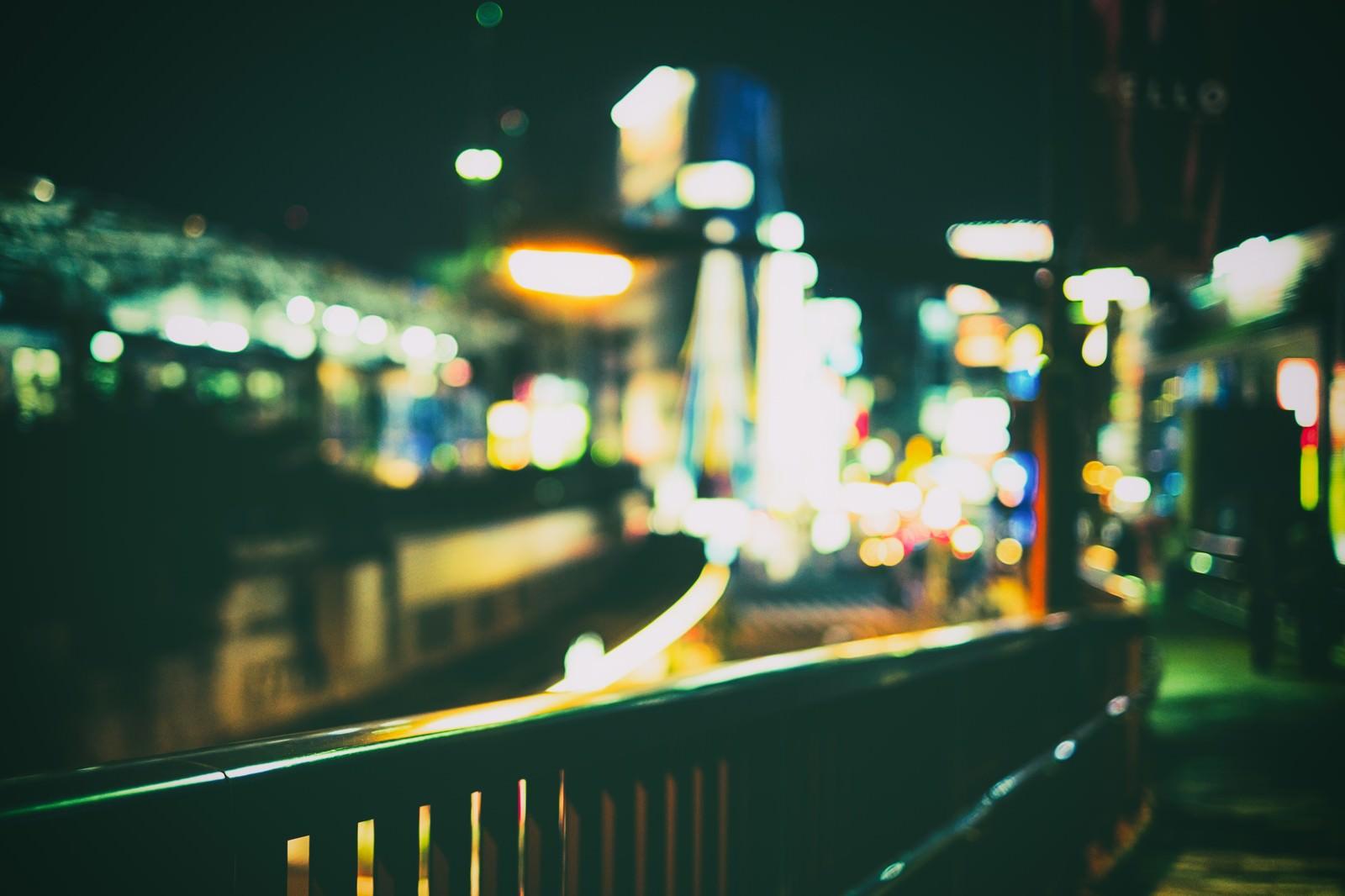 「ボケ味ある夜の街(手すり)」の写真