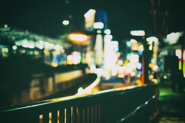 ボケ味ある夜の街(手すり)の写真