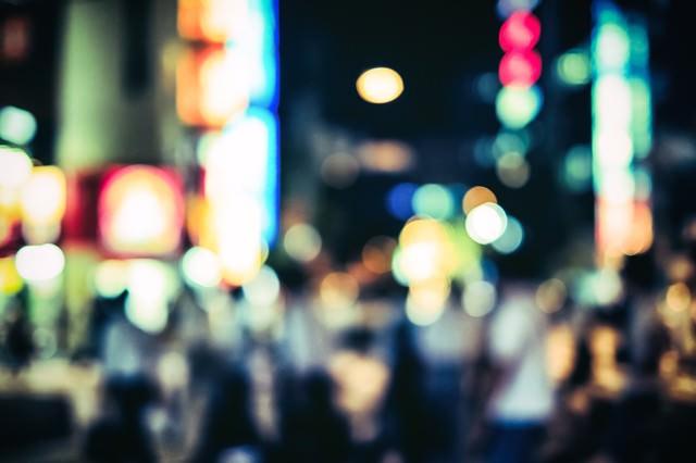 賑やかな夜の繁華街(ボケ)の写真