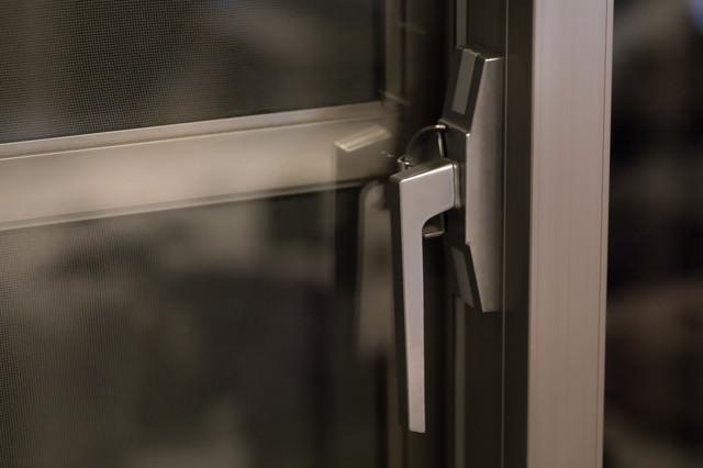 窓の鍵を締めるの写真