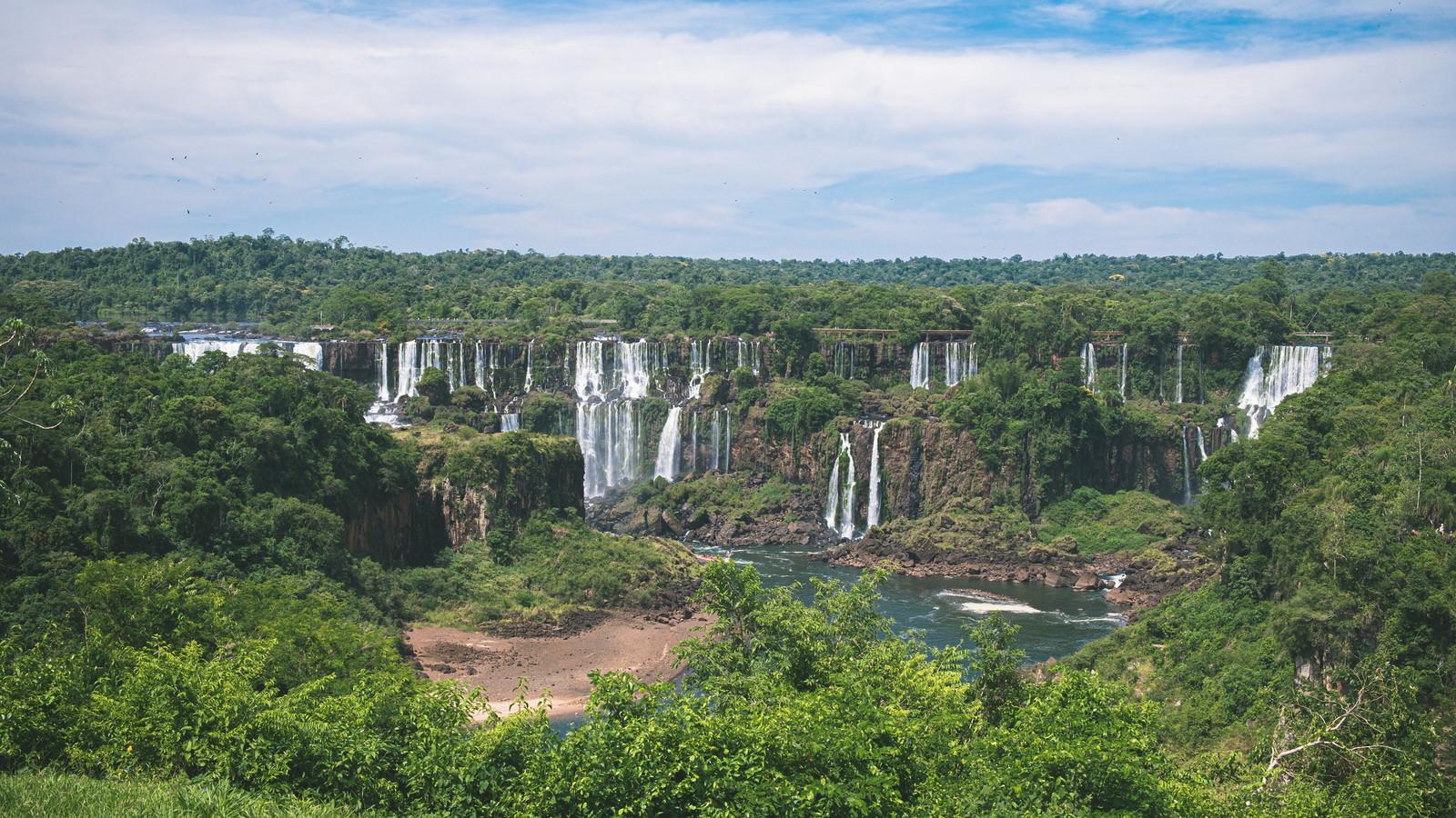 「森の中に現れた世界最大の滝(イグアスの滝)」の写真