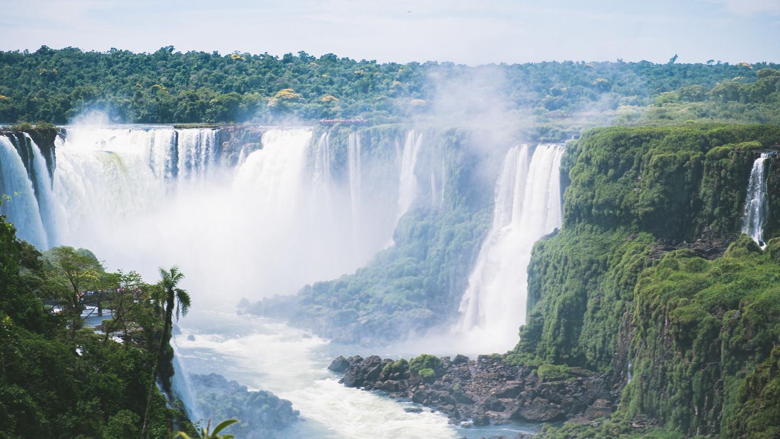 「イグアスの滝の大瀑布(南米大陸)」の写真