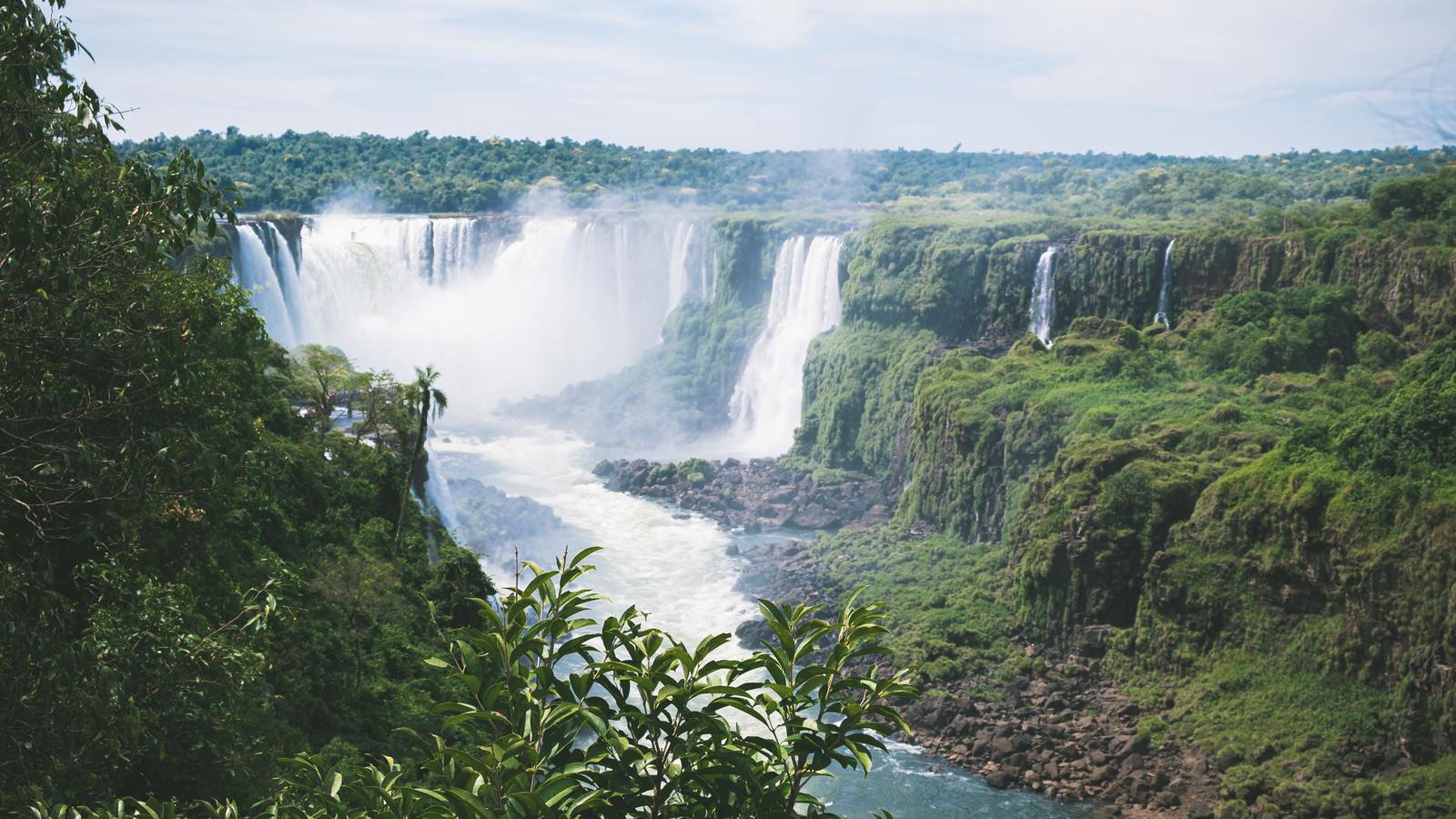 「勢いよく流れるイグアスの滝」の写真