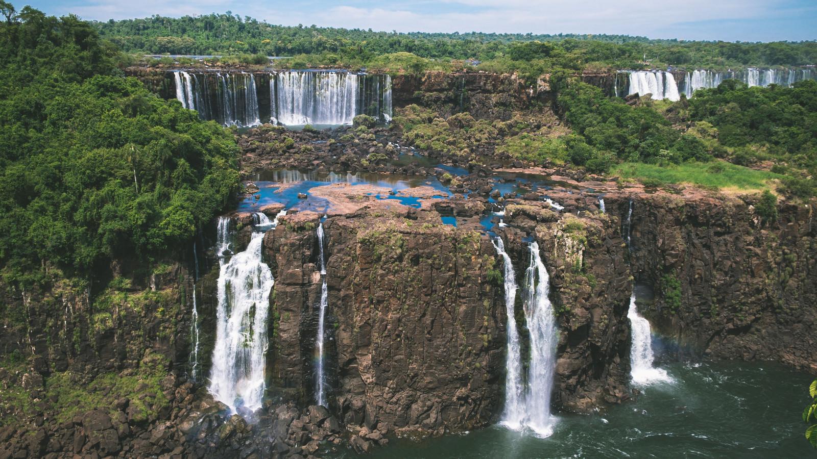 「雄大な岩壁を流れ落ちるイグアスの滝(南米大陸)」の写真