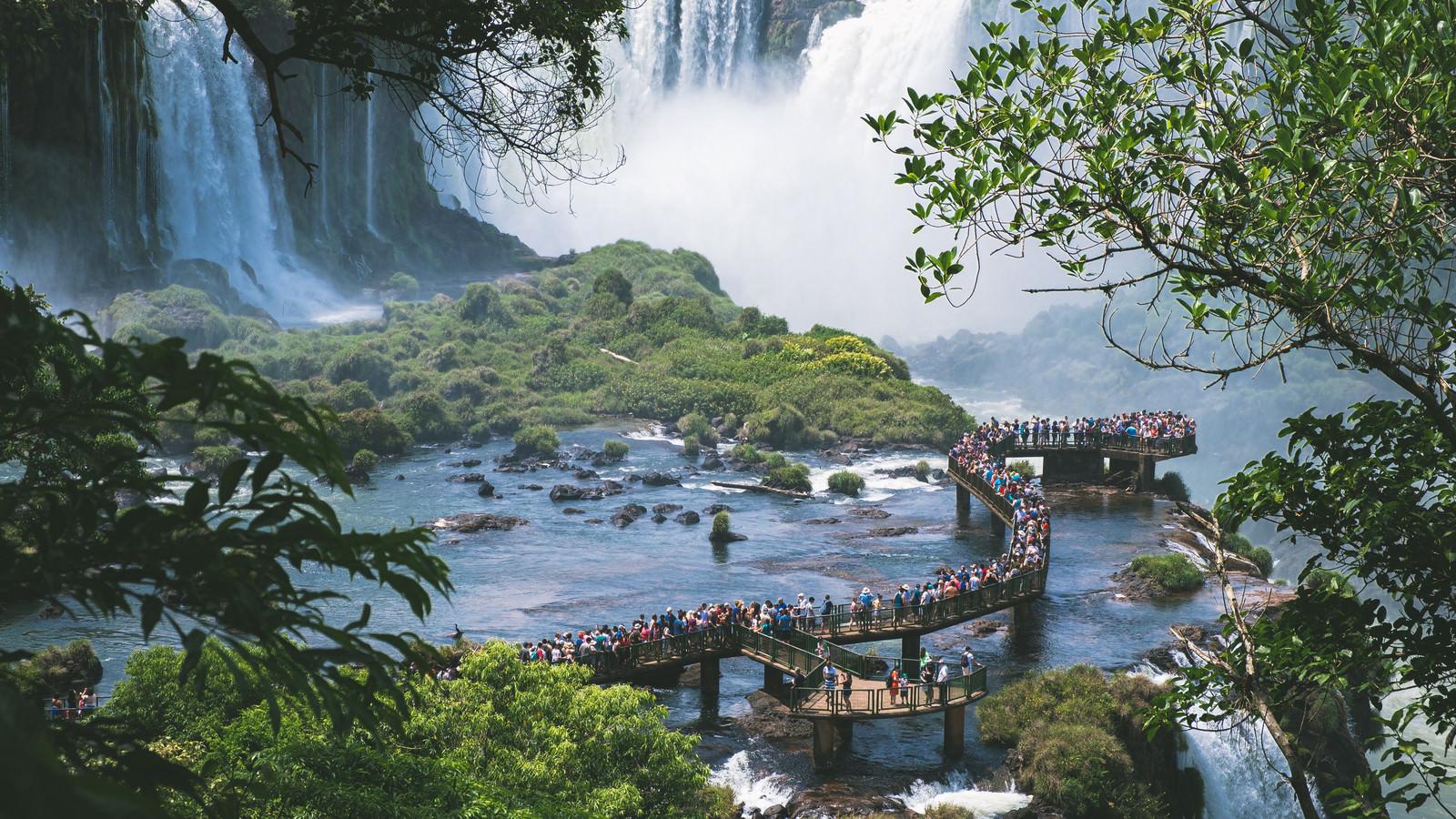 「水の上の遊歩道(イグアスの滝)」の写真